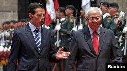 Presiden Meksiko Enrique Pena Nieto (kiri) menyambut tamunya Presiden Singapura, Tony Tan Keng Yam dalam upacara kehormatan di Mexico City, Jumat (10/6).