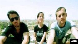 Ba nhà thể thao đi bộ người Mỹ bị Iran bắt: Josh Fattal cô Sarah Shourd, và Shane Bauer. Cô Shourd đã được trả tự do sau khi đóng tiền thế chân 500.000 ngàn đô la và đã trở về Hoa Kỳ