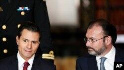 Enrique Pena Nieto et son ministre des Affaires étrangères Luis Videgaray , lors d'une rencontre avec le corps diplomatique, Mexico, Mexique, le 11 janvier 2017. (REUTERS/Carlos Jasso)