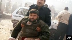 巴基斯坦救护人员在救援一名1月10日在开伯尔部落地区的市场被炸弹炸伤的人