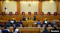 Quyền Chánh thẩm Lee Jung-mi (giữa) và các thẩm phán tại Toà án Hiến pháp ở Seoul, Hàn Quốc, 10/3/2017.