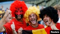 Les fans de l'équipe nationale de Belgique en liesse à l'effigie du drapeau national avant leur match lors du Mondiale de 2014 contre l'Algérie au stade Mineirao à Belo Horizonte Juin 17, 2014. REUTERS / Sergio Perez ( BRÉSIL - Tags: SOCCER SPORT COUPE DU MONDE ) - RTR3U9O0
