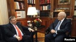 Pemimpin partai sosialis Evangelos Venizelos (kiri) dan Presiden Karolos Papoulias melakukan pertemuan di Athena (10/5).
