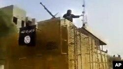 Wapiganaji wa kundi la Islamic State of Iraq na Levant wakiwasili kwenye kituo kikuu cha mafuta.