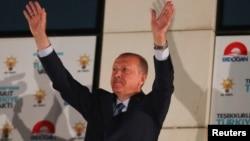 土耳其总统埃尔多安在安卡拉的争议与发展党总部问候支持者。(2018年6月25日)
