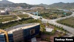 개성공단 재가동 이틀째인 지난달 17일 개성공업지구관리위원회에서 바라본 공단 전경. (자료사진)