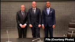 (D ti G) Moïse Katumbi, mokmbi ya TP Mazembe, Gianni Infatino, mokambi ya Fifa mpe Florentino Perez, mokambi ya Real Madrid na bokelami ya WFCA na Zurich, Suisse, 17 novembre 2019.