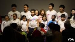 지난 8일 미국 워싱턴 한국문화원에서 독도 레이서3기 학생들이 세미나를 마친 후 참석자들과 기념사진 촬영을 하고 있다. 왼쪽부터 박승배, 윤준명, 박현, 권태완.