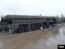 去年夏季莫斯科武器展中展出的俄军白杨洲际战略导弹。