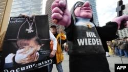 Para aktivis melakukan unjuk rasa memrotes pelecehan seksual oleh para Imam gereja Katolik (foto: ilustrasi).