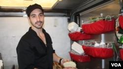 Mario Lanzone es el encargado de poner la sazón y el sabor. [Foto: Mitzi Macias, VOA].