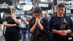 Iraqi Christians pray at the scene of a massive truck bomb attack in Karada neighborhood, Baghdad, Iraq, July 5, 2016. (AP Photo/Hadi Mizban)