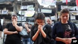 Des chrétiens d'Irak prient après l'attentat suicide dans le quartier de Karada, Bagdad, Irak, le 5 juillet 2016.