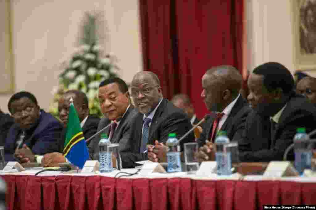 Rais Johna Magufuli wa Tanzania akizungumza kwenye mkutano wa biashara na Kenya