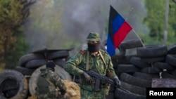 亲俄罗斯的分离主义分子在斯洛文斯克附近的检查站站岗