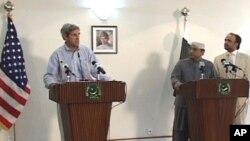 سینیٹر کیری نے چکلالہ ائربیس پر پاکستانی صدر آصف زرداری کے ہمراہ پریس کانفرنس کی