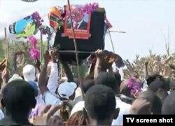 Elementos do MDM em Nampula apresentaram-se com um caixão com fotos do candidato Nyusi com uma bandeira da Frelimo em cima. Moçambique, Set. 2014