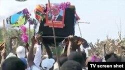 Elementos do MDM em Nampula com um caixão com fotos de Frelimo Nyusi.