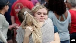 美国佛罗里达州奥卡拉森林高中发生枪击事件,学生们在附近的奥卡拉第一浸信会教堂集合,互相安慰并等待家长来接。(2018年4月20日)