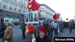 俄共與中共關係雖好,但俄共仍然大談中國威脅。2012年11月7日,俄共在莫斯科舉行十月革命遊行紀念活動。(美國之音白樺攝)