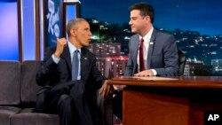 El presidente Barack Obama conversa con el presentador Jimmy Kimmel durante una pausa en el programa Jimmy Kimmel Live, en Los Ángeles.