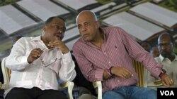 Perdana Menteri Haiti Garry Conille (kiri) berbicara dengan Presiden Michel Martelly pada acara di Cap Haitien, Haiti (foto: dok).
