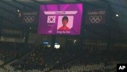 Các nhà tổ chức Olympic London treo nhầm cờ Nam Triều Tiên trước trận đấu bóng đã nữ. Ðội Bắc Triều Tiên đã không chịu ra sân sau khi phát hiện lỗi này