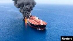 Kondisi sebuah kapal tanker setelah diserang di Teluk Oman, 13 Juni 2019. (Foto: ISNA via Reuters)