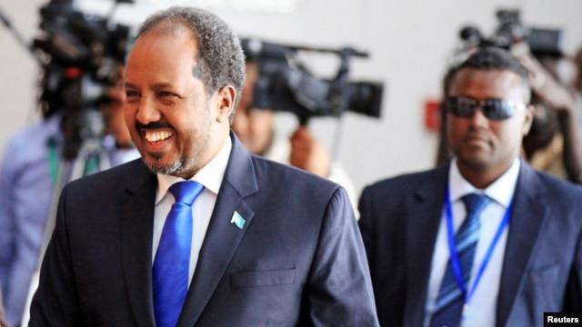 FILE - Somalia's President Hassan Sheikh Mohamud (l), October 12, 2013.