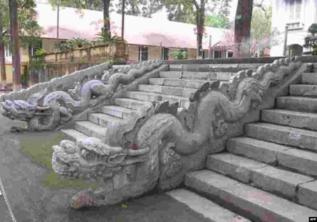 Dragons that flank the stairs to Kinh Thien Palace