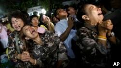 13일 태국 왕실이 푸미폰 아둔야뎃 국왕의 서거를 발표한 직후, 방콕 시리라지 병원 앞에서 병세 회복을 기원하던 시민들이 격한 반응을 보이고 있다.