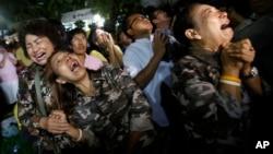泰國王宮宣布國王普密蓬·阿杜德逝世的消息後,泰國人痛哭(2016年10月13日)