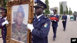 Les funérailles de l'ex-chef de la junte ivoirienne, le général Robert Guéï, à Abidjan, Côte d'Ivoire, 18 août 2006