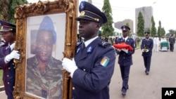 Photo d'archives: Les funérailles de l'ex-chef de la junte ivoirienne, le général Robert Guéï, à Abidjan, Côte d'Ivoire, 18 août 2006.