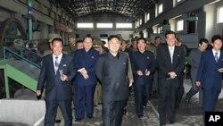 평안북도 기계공장을 시찰하는 김정은(사진중앙) 국방위원회 제1위원장