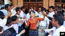 ຜູ້ນຳປະຊາທິປະໄຕມຽນມາ ທ່ານນາງອອງຊານຊູຈີ ທັກທາຍກັບພວກສະໜັບສະໜຸນທີ່ບ້ານ Kyit Tee ເມືອງ Myaing ໃນພາກກາງຂອງມຽນມາ (31 ມັງກອນ 2012)