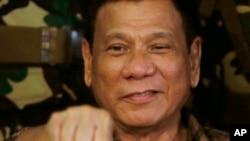 菲律賓總統杜特爾特於2016年8月25日在訪問軍營時的握拳姿態。