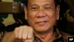Tổng thống Philippines Rodrigo Duterte giơ nắm tay trong chuyến thăm của ông đến Trại Mateo Capinpin của quân đội Philippines tại thị trấn Tanay, tỉnh Rizal phía đông Manila, Philippines, ngày 25 tháng 08 năm 2016.