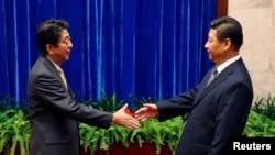 習近平(右)與安倍晉三(左)握手