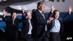 ေျမာက္ကုိရီးယားမွာ ဖမ္းဆီးခံခဲ့ရၿပီးေနာက္ ျပန္လည္လြတ္ေျမာက္လာတဲ့ အေမရိကန္ႏုိင္ငံသား ၃ ေယာက္ ဒီေန႔ၾကာသပေတးေန႔ မနက္ပုိင္းက အေမရိကန္ကုိ ျပန္ေရာက္လာခ်ိန္မွာ သမၼတ Donald Trump သြားေရာက္ႀကိဳဆုိ။