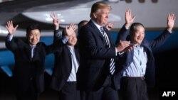 도널드 트럼프 미국 대통령이 부인 멜라니아 여사와 함께 10일 앤드루스 공군기지에서 북한에 억류됐다 풀려난 한국계 미국인 김동철 (오른쪽부터), 김학송, 김상덕 씨의 귀국을 직접 환영했다.