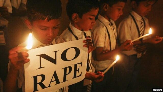 Para pelajar sekolah di India melakukan doa bersama bagi korban pemerkosaan di New Delhi.
