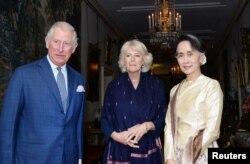 Принц Чарльз і Камілла, герцогиня Корнуeльська, на зустрічі з лідером М'янми