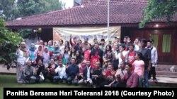 """Sejumlah kelompok minoritas agama dan kelompok pendamping berfoto usai diskusi publik """"Pemuda, Media, dan Toleransii"""" di Bogor, Sabtu, 17 November 2018. (Foto: Panitia Bersama Hari Toleransi 2018)"""