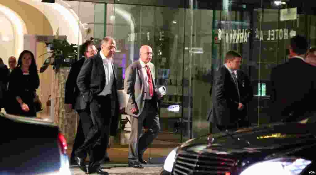 سرگئی لاورف وزیر خارجه روسیه در حال خروج از هتل محل مذاکرات در بامداد سه شنبه ۱۶ تیر.