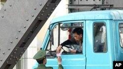중국 국경지역에서 검문을 받는 북한인.