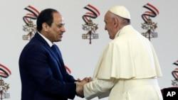 Le pape François salue le président égyptien Abdel-Fattah El-Sissi, au Caire, le 28 avril 2017.