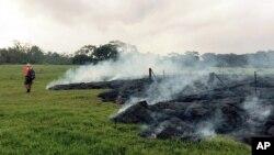 夏威夷基拉韋厄火山噴發的岩漿﹐正流向城鎮。(2014年10月26日照片)