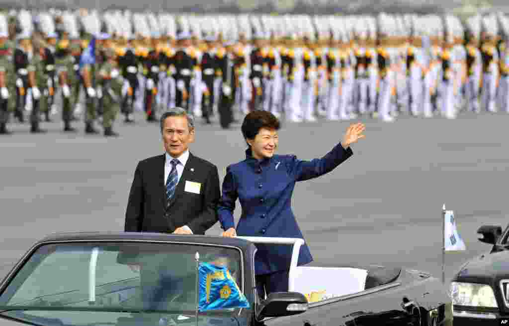 South Korean President Park Geun-hye waves as she inspects troops with Defense Minister Kim Kwan-jin during the 65th anniversary of the founding of South Korea's Armed Forces, Seongnam, Oct. 1, 2013.