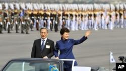 Presiden Korea Selatan Park Geun-hye didampingi Menteri Pertahanan Kim Kwan-jin dalam upacara peringatan hari jadi militer ke-65 (1/10). (AP/Jung Yeon-je)
